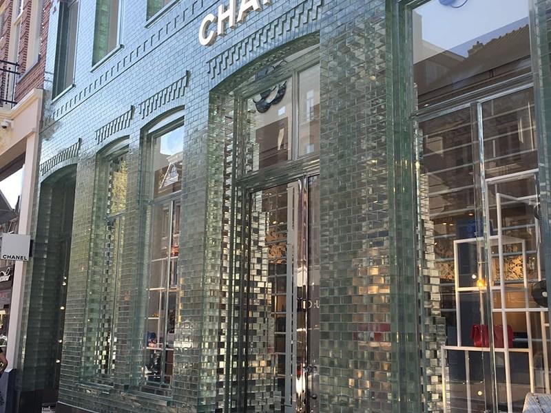 Gạch Kính Của Hàng Chanel